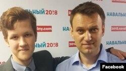 Алексей Навальный (справа) с волонтером Филиппом Симпкинсом (архивное фото)