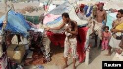 جنگزدگانی که خانه خود را از دست دادهاند در اردوگاهی در نزدیکی عدن