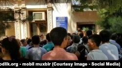 Жители Самарканда стоят в очереди за новыми биометрическими паспортами.