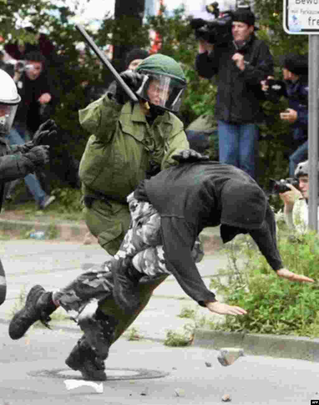 پلیس در تلاش برای دستگیری یک جوان مخالف G8
