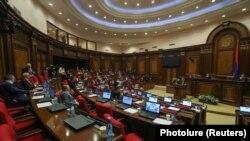 В соответствии с Конституцией, парламент распущен, новые выборы пройдут 9 декабря