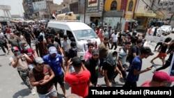 معترضان در مراسم خاکسپاری یکی از کشتهشدگان؛ ششم مرداد ماه، بغداد
