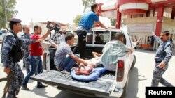 یکی از زخمیهای حادثه بمبگذاری انتحاری در شهر توز خورماتو در حال انتقال به بیمارستان