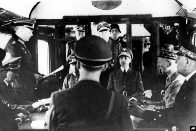 Поражение Франции: представители германского и французского командования обсуждают условия перемирия. Компьень (окрестности Парижа), 21 июня 1940 года