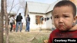 Ребенок, проживающий в Алатауском районе, на окраине Алматы. Иллюстративное фото.