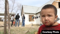 Байбесік ауылындағы үйсіз-күйсіз бала. Алматы, 11 сәуір 2011 жыл. (Masa.kz сайтынан алынған сурет)