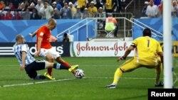Вирішальний момент основного часу: на останніх хвилинах Мартін Демікеліс (у біло-блакитній футболці) блокує удар лідера голландців Ар'єна Роббена