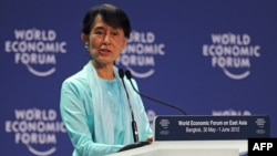 Аун Сан Су Чжи на экономическом форуме в Бангкоке