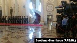 Журналисты ожидают встречу между президентом Казахстана Нурсултаном Назарбаевым и президентом Украины Петром Порошенко. Астана, 9 октября 2015 года.