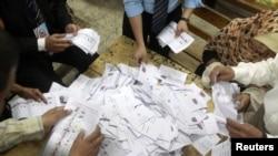Каир мектептерінің біріндегі сайлау учаскесінде дауыс санап жатқандар. 24 мамыр 2012 жыл