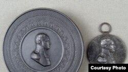 Табакерка и медаль с изображением императора Александра I, Германия, прусский королевский чугунолитейный завод, 1814 год, медальер Л. Пош