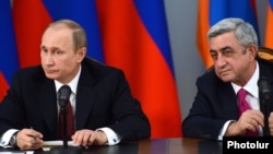 Armenia - President Serzh Sarkisian (R) and his Russian counterpart Vladimir Putin at a news conference in Yerevan, 2Dec2013.