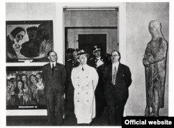 """La Expoziția """"Entartete Kunst"""" (Arta degenerată), Goebels vizitînd expoziția la Berlin, în 1938 (În stînga sus tabloul lui Nolde, """"Cel căzut în păcat"""")"""