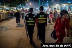 Полицейский патруль на улице в Урумчи. Декабрь 2018 года
