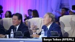 Президент Казахстана Нурсултан Назарбаев (справа) на презентации порта Курык.