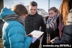 Юрась Лукашэвіч на Нямізе зьбірае подпісы супраць вучэньняў «Захад-2017»