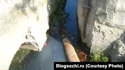 """Ливневая канализация Сочи, забитая нечистотами и впадающая в Черное море. Фото с сайта """"БлогСочи""""."""