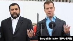 Ruben Vardanyan ovaxtkı Rusiya prezidenti Dmitry Medvedevlə (sağda) Troika bankının bir tədbirində