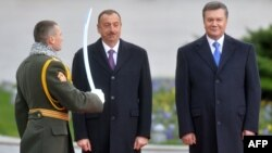 Ukraine -- President Viktor Yanukovych (R) and his Azerbaijani counterpart Ilham Aliyev review a guard of honor during a welcoming ceremony at the start of Aliyev's two-day official visit to Ukraine, in Kyiv, November 18, 2013