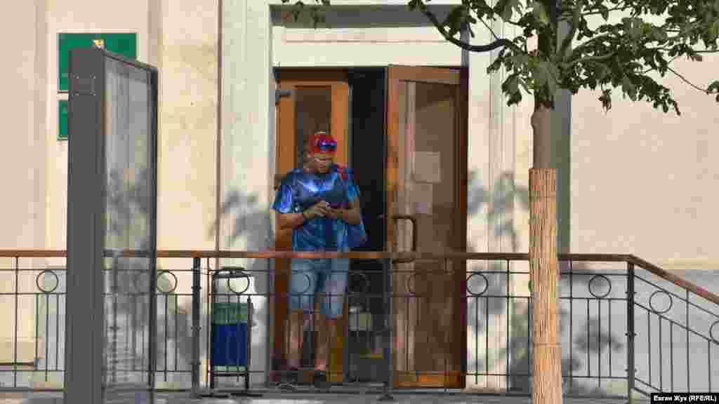 Відвідувач виходить з Єдиного інформаційно-розрахункового центру