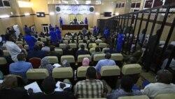نمایی از نخستین جلسه دادگاه عمر البشیر، رئیسجمهوری سابق سودان و متحدان وی به اتهام کودتا علیه دولت منتخب در سال ۱۹۸۹