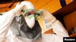 Доктор Кент Брантли в защитном костюме, который не смог уберечь его от заражения лихорадкой Эбола