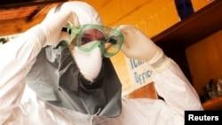 Либериядағы ауруханалардың бірінде Эблола вирусынан қорғайтын маска киіп тұрған америкалық дәрігер Кент Брантли.