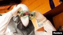 Врач из США Кент Брантли, заразившийся вирусом Эбола, в защитном костюме. Монровия, Либерия.