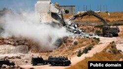 مقامهای اسرائیلی میگویند ساخت و ساز در نزدیکی جداره مرزی از نظر امنیتی مشکل زا شده است.