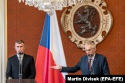 Президент Чехии Милош Земан (справа) и премьер-министр Андрей Бабиш. Оба политика вызывают неприязнь демонстрантов, но многие избиратели голосуют за них