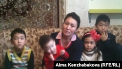 Эльмира Түндібаева балаларымен бірге отыр.