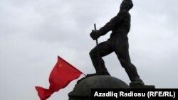 Bakıda kommunistlərin simvolu- 'Fəhlə heykəli' 2013-cü ildə sökülüb.