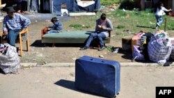 Родина ромів чекає на переселення в Белграді, 26 квітня 2012 року