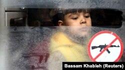 کودک سوری در میان غیرنظامیانی که از شهر دوما خارج شدهاند؛ ۱۳ مارس