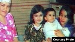 9-летнюю Хуршеду Султонову (в центре) зарезали в Петербурге на глазах у отца