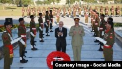 Afghan President Ashraf Ghani and Pakistani army chief General Raheel Sharif offering prayers at a Pakistani war memorial.