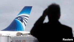 Самолет авиакомпании EgyptAir готовится к вылету из Парижа в Каир.