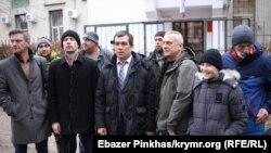 Адвокат Еміль Курбедінов (центр) біля Кримського гарнізонного військового суду, де по відеозв'язку включався суд у Ростові-на-Дону