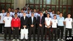 Президент Афганистана Хамид Карзай (третий слева в первом ряду) вместе с игроками афганской сборной по футболу. Кабул, 21 августа 2013 года.