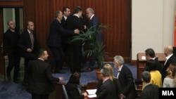 Nikolla Gruevski është parë mjaft i tensionuar gjatë seancës kur është miratuar Ligji për gjuhët