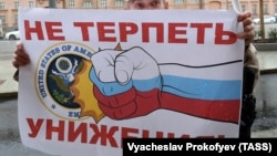 Участник митинга КПРФ против политики США. Москва, сентябрь 2017 года
