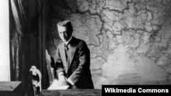 Александр Керенский в своем кабинете