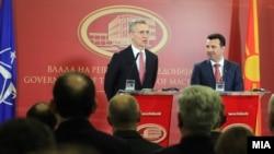 Sekretari i Përgjithshëm i NATO-s, Jens Stoltenberg dhe kryeministri i Maqedonisë, Zoran Zaev gjatë një konference të përbashkët për media.