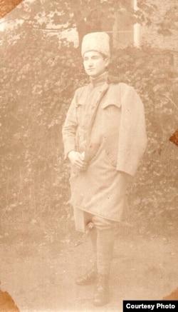 Gheorghe M. Ionescu, ofițer prizonier într-un lagăr din Germania, 1917 (Foto: Arhiva Gheorghe M. Ionescu (învățător, sublocotent în rezervă), prin bunăvoința nepotului său, domnul Adrian Atanasiu).