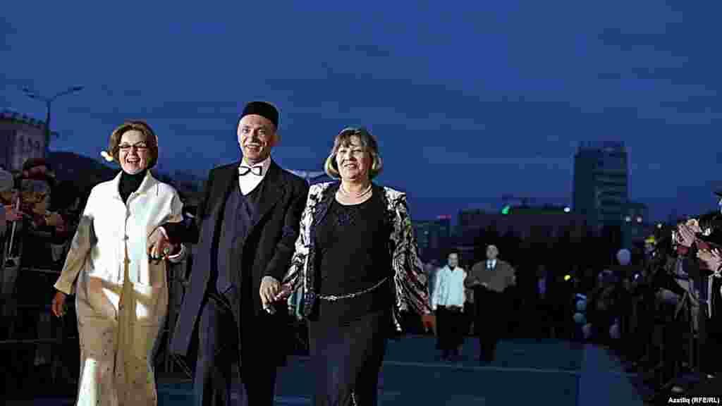 Камал театры каршында яңа сезон ачу тантанасы. Илдус Әхмәтҗанов.