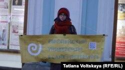 """Участница пикетов в защиту Европейского университета. Фото группы """"Мониторинг актуального фольклора"""""""