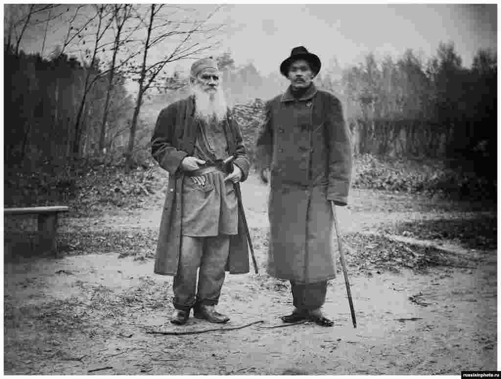 """Толстой и руският писател Максим Горки в Ясна поляна през 1900 г. Горки си спомня следното: """"След срещата останах с огромен куп впечатления, които до днес не мога изцяло да осъзная… прекарах един цял ден там"""""""