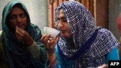 Пәкістанда 2013 жылы мамыр айында өткен сайлауға транссексуалдар атынан түскен әйел Санам Факир (оң жақта).