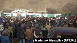 Kyrgyz parliament deputies meet with residents on the Kyrgyz-Tajik border on March 15.