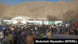 Qırğızıstanda deputatlar sərhəd regionunda sakinlərlə görüşürlər